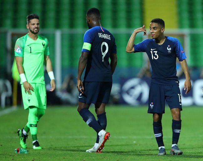 Gautier Larsonneur, avec Moussa Dembélé et Colin Dagba, lors d'Angleterre-France U21.