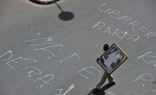 La police a dispersé mardi après-midi avec des gaz lacrymogènes des opposants qui voulaient se rendre Place de l'Indépendance, en plein centre-ville de Dakar, où devait se tenir une manifestation, interdite par les autorités, contre le président Abdoulaye Wade, a constaté l'AFP.