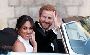 Le Prince Harry et Meghan Markle a bord d'une voiture décapotable le jour de leur mariage.