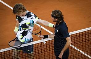 Le 7 octobre dernier, Stefanos Tsitsipas avait largement dominé en trois sets Andrey Rublev, en quart de finale de Roland-Garros.