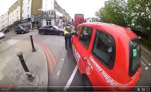Qui est en tort ? Le cycliste ou le taxi? La question division les Britanniques sur Internet.