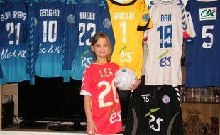 Léa, 10 ans, collectionneuse des maillots du Racing club de Strasbourg.
