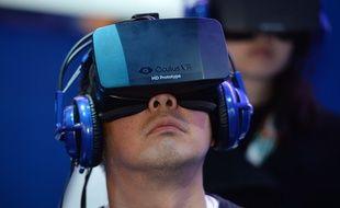 Le second prototype du casque de réalité virtuelle Oculus Rift, au CES 2014 de Las Vegas.