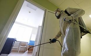 Un homme en train de désinfecter des locaux dans le cadre de la lutte contre le coronavirus.