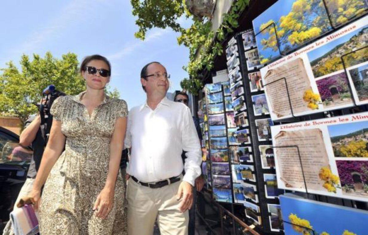 Le président François Hollande et sa compagne Valérie Trierweiler se sont offert vendredi un bain de foule à Bormes-les-Mimosas (Var), se prêtant au jeu des photos et des autographes parmi les vacanciers, au lendemain de leur arrivée au fort de Brégançon. – Boris Horvat afp.com