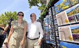 Le président François Hollande et sa compagne Valérie Trierweiler se sont offert vendredi un bain de foule à Bormes-les-Mimosas (Var), se prêtant au jeu des photos et des autographes parmi les vacanciers, au lendemain de leur arrivée au fort de Brégançon.