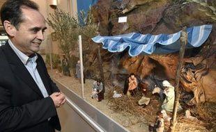 Le maire de Béziers Robert Ménard devant la crèche installée à la mairie de Béziers, le 5 décembre 2014