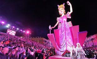 Au Carnaval de Nice, les spectateurs prennent place dans les gradins.