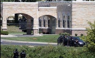 Les agents du SWAT  encerclent le temple sikh d'Oak Creek, dans le Wisconsin, où a eu lieu une fusillade, le 5 août 2012.