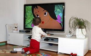Un enfant de 2 ans regarde la télé.