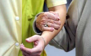 Les personnes âgées peuvent appeler le 3977 pour dénoncer des maltraitances (image d'illustration).
