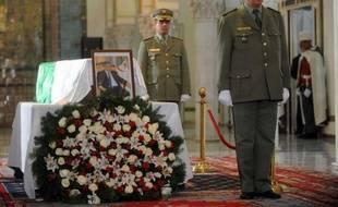 Le premier président d'Algérie, Ahmed Ben Bella, a été accompagné, après la grande prière du vendredi, à sa dernière demeure au carré des Martyrs du grand cimetière Al-Alia d'Alger, par le président Abdelaziz Bouteflika, la classe politique algérienne et de hauts dirigeants du Maghreb.