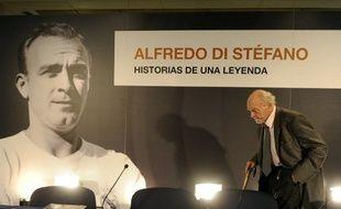 Alfredo Di Stefano lors d'une conférence de presse au stade Santiago Bernabeu de Madrid, le 2 décembre 2010.