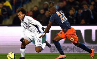 L'attaquant du TFC Martin Braithwaite face au milieu de terrain de Montpellier William Rémy, le 13 février 2016 au stade de la Mosson, à Montpellier.