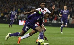 Le Toulousain Somalia à la lutte avec l'Ajaccien Manuel Cabit , lors du barrage retour Ligue 1 - Ligue 2, le 27 mai 2018 au Stadium de Toulouse.
