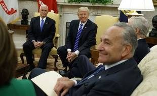 Donald Trump et les démocrates, menés par le sénateur Chuck Schumer (premier plan), ont trouvé un accord sur la dette, le 6 septembre 2017.