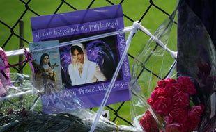 Des messages laissés par les fans devant la propriété de Prince, où a eu lieu une cérémonie à sa mémoire.