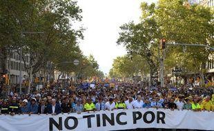 """Des dizaines de milliers d'Espagnols manifestent à Barcelone derrière les collectifs qui se sont occupés des victimes, réunis derrière une banderole indiquant en catalan: """"No Tinc Por"""" (""""Je n'ai pas peur""""), le 26 août 2017."""