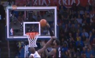 Capture d'écran du dunk de Lebron James contre Oklahoma le 21 février