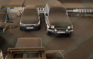 Des véhicules recouverts de cendres à La Palma, aux Canaries.
