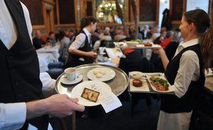 Des serveurs au restaurant-brasserie La Cigale à Nantes.