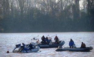 Les recherches de trois victimes d'un accident d'hélicoptère le 20 décembre en Gironde, dont un milliardaire chinois, continueront sous une forme allégée, avec alternance de survols et patrouilles au sol, après deux semaines de fouilles infructueuses