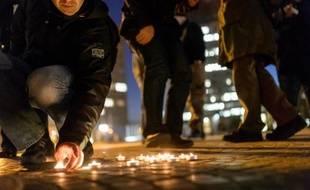 Des adeptes de l'Eglise Zombie Transuniverselle de la Bienheureuse Sonnerie, allument des bougies lors d'une messe devant le Parlement, le 19 novembre 2014 à Ljubljana en Slovénie