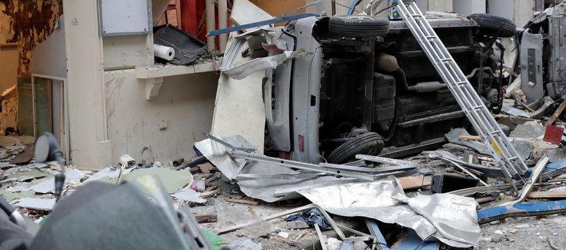 Un véhicule retourné par l'explosion qui a eu lieu rue de Trévise, dans le 9e arrondissement de Paris, le 12 janvier 2019.