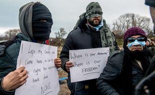 Des migrants iraniens se sont cousu les lèvres pour protester contre le démantèlement de l «jungle» de Calais, le 2 mars 2016.