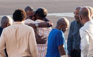 Thierry Dol dans les bras de ses proches le 8 novembre 2013 sur le tarmac de l'aéroport martiniquais.