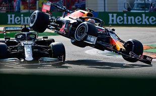 La collision entre Lewis Hamilton (à gauche) et Max Verstappen, le 12 septembre à Silverstone, restera un temps fort de cette saison épique de F1.