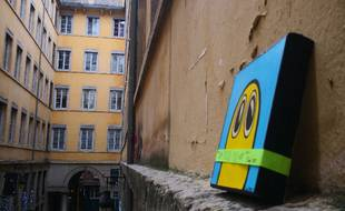 Le street artist Line Street organise des chasses aux tableaux en déposant ses oeuvres dans des villes. Quatre tableaux sont à trouver à Paris ce dimanche.