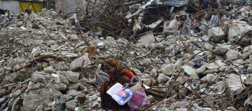 Une femme cherchant un de ses proches ous les décombres du Rana Plaza