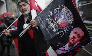 Un vendeur de drapeaux à l'effigie de Recep Tayyip Erdogan, le 12 mars 2017. AP Photo/Emrah Gurel