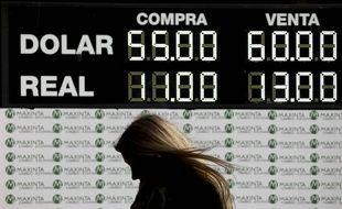 En Argentine, le peso a perdu près de 19% face au dollar après la défaite aux primaires du président sortant Mauricio Macri, le 12 août 2019.