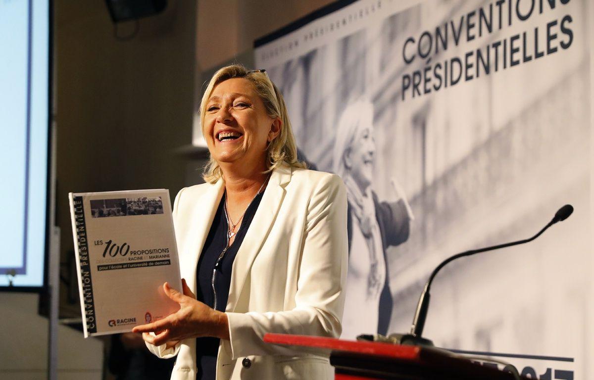 Marine Le Pen, hilare à la convention du FN sur l'éducation, jeudi 22 septembre. – PATRICK KOVARIK / AFP