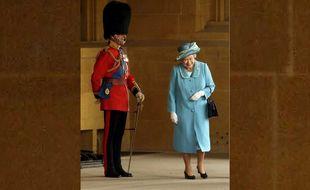 La reine s'amuse d'un essaim d'abeilles qui vient perturber une cérémonie au château de Windsor, le 15 avril 2003.