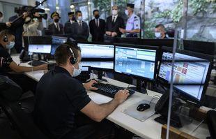 Jean Castex, Premier ministre, Gérald Darmanin, ministre de l'Intérieur et le secrétaire d'Etat français chargé du numérique Cédric O visitent les plates-formes d'appel d'urgence de la caserne Champeret des pompiers de Paris, à Paris, le 4 juin 2021.