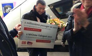 Gilles Feist, le 2 millionième passager des trains franco allemands en 2017 en gare de Strasbourg, le 11 décembre 2017.