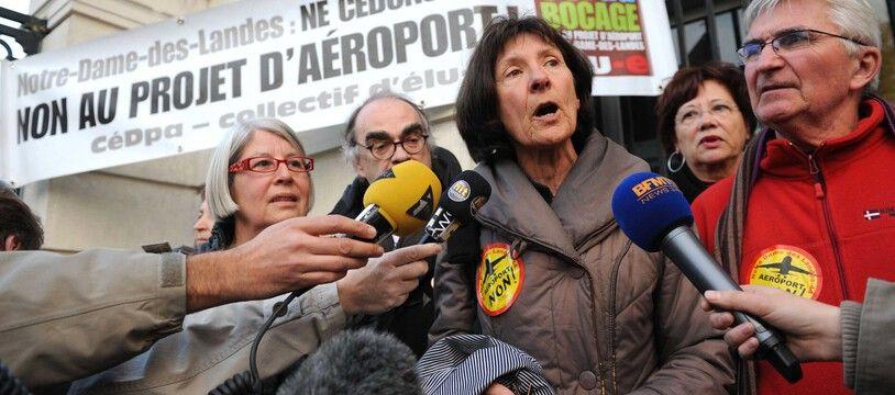Françoise Verchère (au centre), porte-parole du CéDpa, lors d'une action anti-aéroport.