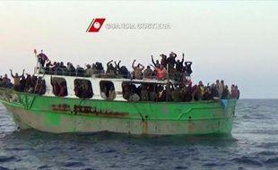 Image remise le 6 mai 2015 par les garde-côtes italiens et montrant un bateau d'immigrants à qui ils vont porter secours