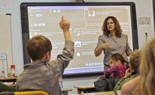 """Une forêt de doigts levés pour la lecture à haute voix et pour les exercices d'écriture... Seul Twitter suscite de telles réactions chez les enfants d'une école de Seclin, dans le nord de la France, l'une des premières du pays à utiliser le site de micro-blogging. """"Sur Twitter, il y a l'image, le son, mais ça ne leur enlève pas l'intérêt pour l'écriture, au contraire"""", sourit Céline Lamare, institutrice d'une classe pour des enfants de 7 ans de l'école privée de l'Immaculée Conception."""