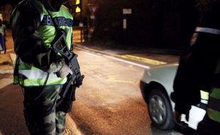 Un homme soupçonné d'avoir mortellement percuté un gendarme de 52 ans, mercredi dans l'arrière-pays niçois, a été interpellé jeudi après-midi et placé en garde à vue, mais la justice se montre pour l'instant prudente.