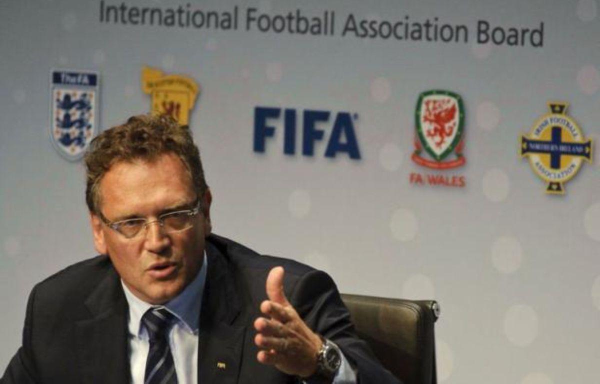 """La Fédération internationale de football (Fifa) a autorisé jeudi l'usage en match de la technologie sur la ligne de but et l'arbitrage à cinq pour s'éviter de futures polémiques, comme récemment pendant l'Euro-2012, une décision qualifiée d'""""historique"""" par la Fifa. – Sebastien Bozon afp.com"""