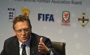 """La Fédération internationale de football (Fifa) a autorisé jeudi l'usage en match de la technologie sur la ligne de but et l'arbitrage à cinq pour s'éviter de futures polémiques, comme récemment pendant l'Euro-2012, une décision qualifiée d'""""historique"""" par la Fifa."""