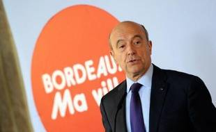 """L'ancien Premier ministre Alain Juppé s'est déclaré favorable à une nouvelle élection à la présidence de l'UMP en septembre, """"sinon ce serait une trahison à la parole donnée aux militants"""", dans une interview au Nouvelle Observateur à paraître jeudi."""