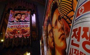 """Des affiches du film """"L'interview qui tue !"""" accrochés devant un cinéma à Los Angeles le 11 décembre 2014"""