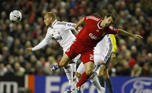 Liverpool's Javier Mascherano (R) challenges Real Madrid's Wesley Sneijder during their Champions League soccer match in Liverpool , northern England, March 10, 2009. REUTERS/Phil Noble (BRITAIN SPORT SOCCER)