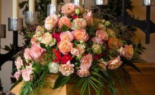 Illustration d'un cercueil avec des fleurs.