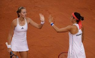 Caroline Garcia et  Kristina Mladenovic célèbrent un point ce dimanche dans leur double décisif face à la Roumanie pour une place en finale de la Fed Cup.